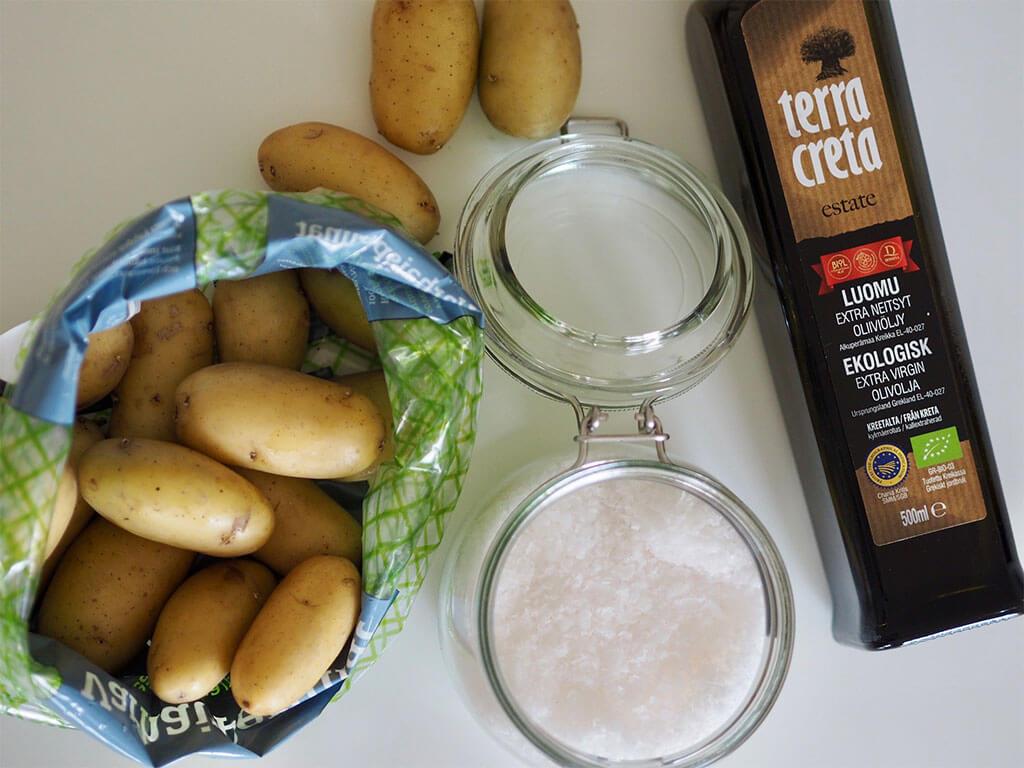 Kiinteät kuorimattomat perunat, sormisuola ja Terra Creta oliiviöljy pöydällä