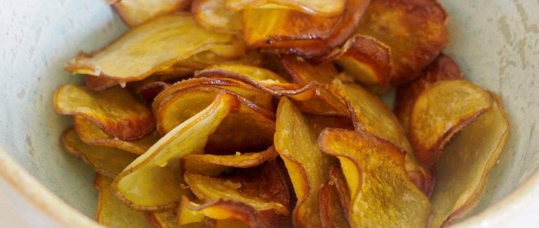 Valmiit rapeat perunasipsit kulhossa.