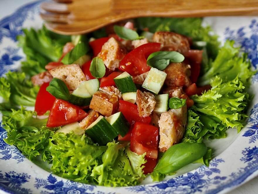 Valmis salaatti lautasella