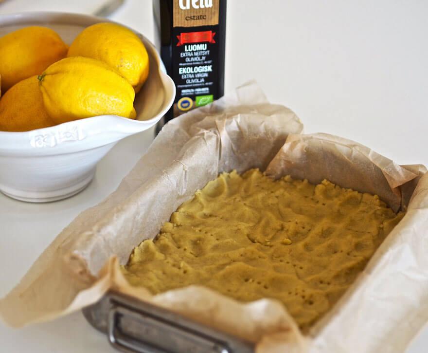Sitruunaruutujen taikina paineltuna vuokaan
