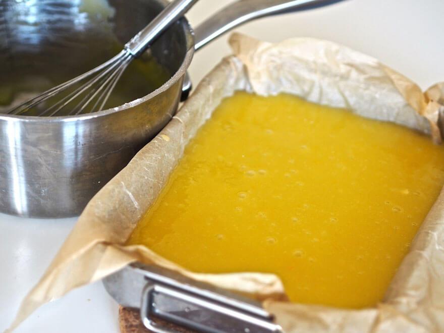 Sitruunaruutujen täyte kaadettu vuokaan