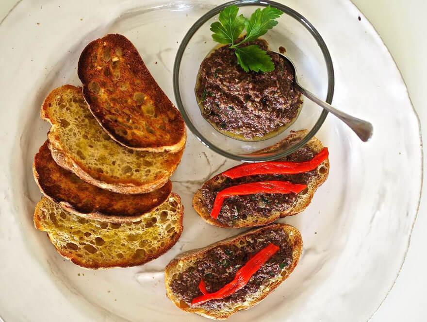 Grillatut leipäviipaleet oliivitahnan kera