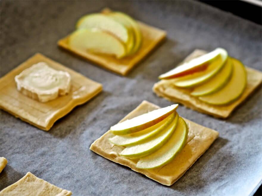 Omenaviipaleet aseteltuna leikattujen taikinalevyjen päälle