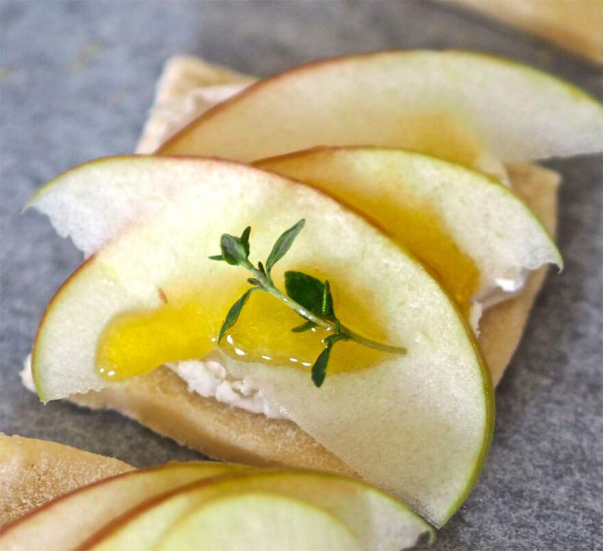 Taikinalevy, vuohenjuusto, omenaviipale sekä timjaminlehti
