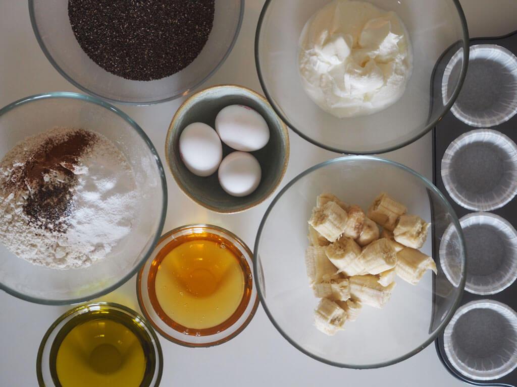 Chiansiemenmuffineihin tarvittavat ainesosat kulhoissa pöydällä.