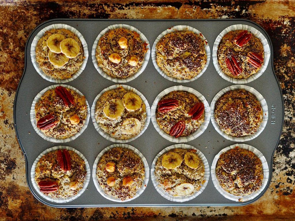 Kypsät chiansiemenmuffinit muffinivuoassa puupöydällä.