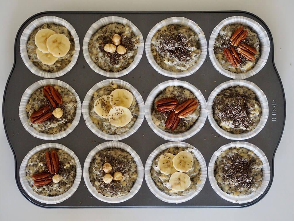 Muffinitaikina annosteltuna muffinivuokiin muffinipellille.