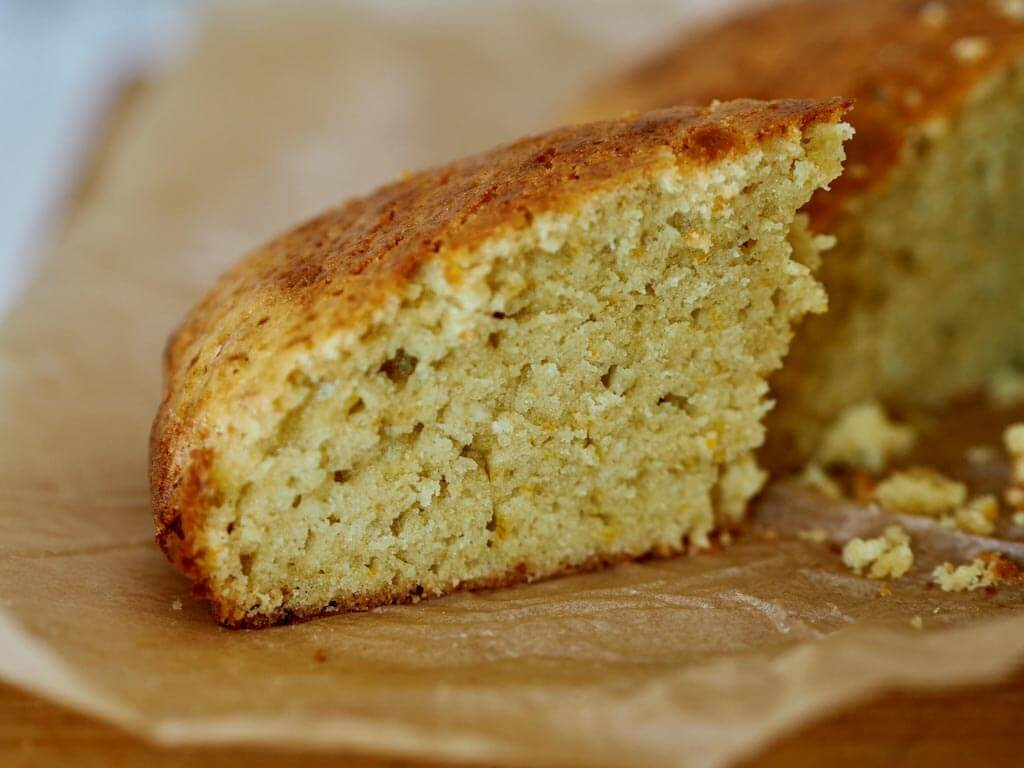 Leikattu appelsiinikakunpala leivinpaperin päällä.