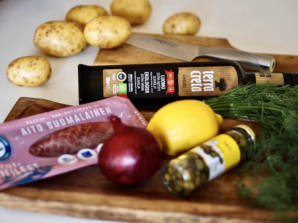 Herkulliseen silliin tarvittavat ainekset pöydällä, kuten Terra Creta -oliiviöljy, perunoita ja sitruuna.