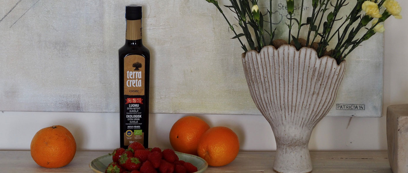 Appelsiinikakkuun tarvittavia aineita, kuten Terra Creta -oliiviöljy, appelsiineja sekä mansikoita.